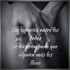 """""""Los espacios entre los dedos se hicieron para que alguien más los llene"""" Amor de madre. #quienlodira #frases #reflexiones"""