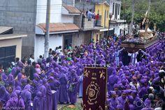 Filas interminables de cucuruchos que preceden el paso del Nazareno. #CucuruchoEnGuatemala