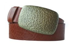 Gürtel und Schnalle in edlem Messing-Look.Unser Tipp, wenn Sie einen Gürtel kaufen wollen: Setzen Sie auf langlebige Qualität. Dieser Gürtel in cognacfarben passt hervorragend zur Schnalle im Messing-Look. Nickelfreies Metall und dickes Vollrindleder sind so robust, dass Sie viele Jahre Freude an diesem Gürtel haben werden. Die Prägung und die gehämmert wirkende Oberfläche der Gürtelschnalle sind perfekt aufeinander abgestimmt. Passt besonders gut zum Landhaus-Stil.