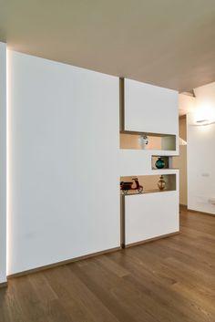 Sfoglia le immagini di Ingresso, Corridoio & Scale in stile in stile Moderno di Ristrutturazione villa anni 70. Lasciati ispirare dalle nostre immagini per trovare l'idea perfetta per la tua casa.