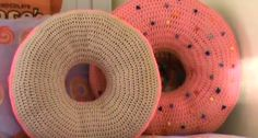 How to knit a donut pillow Easy Knitting, Knitting For Beginners, Knitting Stitches, Crochet For Kids, Easy Crochet, Tunisian Crochet, Knit Crochet, Seed Stitch Hat, Jute Flowers