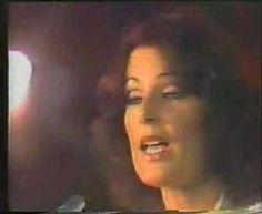 Día 3: Una canción que te recuerde a tus padres.  Mi Mamá tiene unos gustos divinos. La pequeña compañía, Pimpinela, Los Bee Gees, Juan Gabriel... pero hay uno en el que coincidimos desde que yo era muy chamo... ABBA.  Cuando ponía esta canción en el tocadiscos de la casa, Mamá cantaba desde la cocina y yo la escuchaba, pensaba que cantaba bonito aunque nunca se lo dije... creo que se lo diré la próxima vez que la vea.  #25canciones