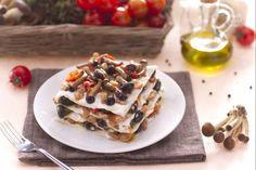 La lasagne con ragù di coniglio e funghi sono un primo piatto ricco e sostanzioso per festeggiare la Pasqua o per un pranzo domenicale speciale! Rabbit Dishes, Waffles, Pancakes, Seitan, Carne, Gnocchi, Bread, Breakfast, Recipes