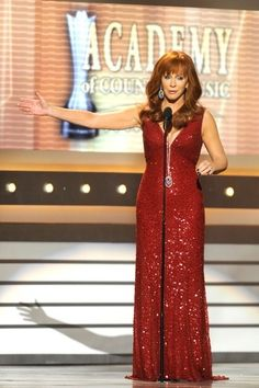 Reba McEntire Photos - Host Reba McEntire speaks onstage at the Annual Academy Of Country Music Awards held at the MGM Grand Garden Arena on April 2012 in Las Vegas, Nevada. - Annual Academy Of Country Music Awards - Show Academy Of Country Music, Country Music Awards, Country Music Artists, Country Singers, Reba Mcentire, Classy Women, Classy Lady, Now And Forever, Female Singers