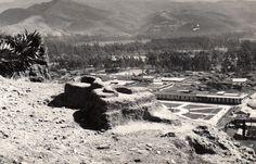 Fotografía muy antigua de la Silla del Inca en el cerro Santa Apolonia; nótese que aún ni había ningún árbol en la Plaza de Armas de Cajamarca.