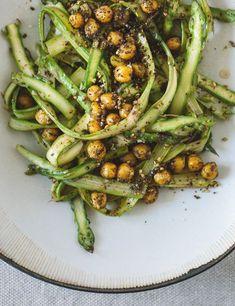 Asparagus Salad with Roasted Chickpeas #asparagus #salad #chickpeas