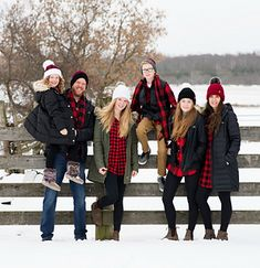Buffalo Plaid Family Hat Set Ravelry: Buffalo Plaid Family Hat Set pattern by MJ's Off The Hook Designs Christmas Pictures Outfits, Winter Family Pictures, Family Christmas Outfits, Big Family Photos, Family Photos What To Wear, Family Posing, Family Set, Xmas Pics, Holiday Photos