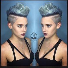 Möchtest Du mit Deiner Frisur eine Schau abziehen? Versuch es doch einfach mit einer dieser 10 Frisuren in poppigen Farben!