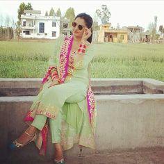 New Punjabi Suit Design Indian Designer Suits, Indian Suits, Indian Attire, Indian Dresses, Indian Wear, Salwar Designs, Blouse Designs, New Punjabi Suit, Look Short