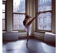 Entre entraînements et représentations, la danseuse de l'American Ballet Theatre de New York, Courtney Lavine, transporte ses quelques 26 900 abonnés dans le monde de la danse classique, via son compte Instagram. A suivre absolument pour la douceur de ses vidéos et pour ses jolis clichés backstage.