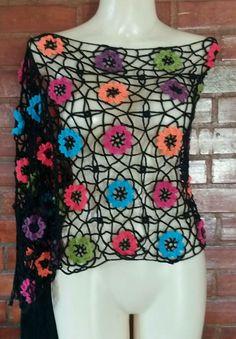 linda estola em crochet com flores coloridas e franjas. Confeccionada com linha 100% algodão. Tem 2,10m de comprimento e 0,40 cm de largura.