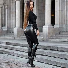 Skinny Leather Pants, Black Skinny Pants, Jean Sexy, Mode Latex, Pernas Sexy, Looks Pinterest, Leder Outfits, Shiny Leggings, Leather Dresses