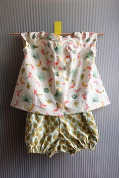 Baby sewing, bloomer set and blouse / free pattern - Couture Bb, Couture Sewing, Couture Tops, Sewing For Kids, Baby Sewing, Sewing Online, Baby L, Diy Baby Gifts, Free Pattern