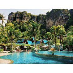 ПОЧЕМУ надо лететь в Краби? Потому что это один из самых живописных регионов Таиланда и именно здесь расположен пляж Прананг входящий в десятку самых красивых пляжей мира. А еще здесь знаменитые горячие источники Храм тигров ананасовые плантации кристально чистые водопады морской национальный парк множество соседних островов и прекрасный снорклинг. Когда надо лететь в Краби? Наш оптимальный выбор октябрь. В это время море уже спокойное дождей минимальное количество а цены на отели пока еще в…