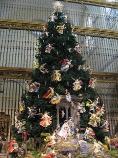 why is that every nativity scene short of this MET museum tree bothers me? nothing is as glorious as jesus. Christmas Nativity Scene, Cool Christmas Trees, Christmas Tree Themes, Christmas Tablescapes, Noel Christmas, Vintage Christmas, Nativity Scenes, Winter Wonderland, Metropolitan Museum