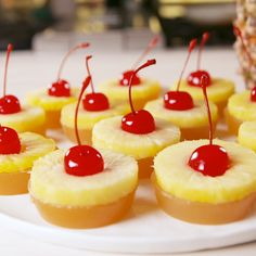 Pineapple Upside Down Jell-O Shots – Nourriture – Obst Jello Shot Recipes, Alcohol Drink Recipes, Dessert Recipes, Yummy Drinks, Yummy Food, Alcoholic Desserts, Pineapple Upside Down, Cocktail Drinks, Party Drinks