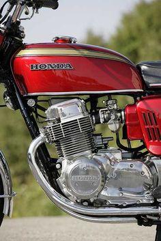 絶版フラッグシップの誘惑 ~ホンダCB750Kシリーズ1969-1978 ~の特集記事です。「バイク、ツーリング、メンテナンスのことをもっと知りたい」というアナタのためのコンテンツ。バイクブロスマガジンズでは、バイク初心者から、バイクを乗りこなしているベテランのライダーまで、バイクライフを充実させるための情報をウェブでも配信中! Classic Honda Motorcycles, Honda Motorbikes, Vintage Motorcycles, Trail Motorcycle, Womens Motorcycle Helmets, Motorcycle Girls, Honda Cg125, Honda Cb750, Honda Motors