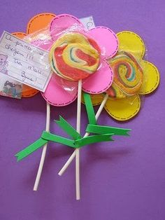 Ideas de manualidades para el día de la madres o de las mujeres:                                                                         ... Kids Crafts, Bible Crafts, Diy And Crafts, Candy Crafts, Paper Crafts, Preschool Art Activities, Candy Bouquet, Sunday School Crafts, Diy For Kids