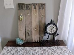 diy key holder with your pallets :) Kali Kerr Kerr Beason - Dehily Mail And Key Holder, Wall Key Holder, Key Holders, Easy Craft Projects, Home Projects, Craft Ideas, Mail Organizer Wall, Old Keys, Got Wood