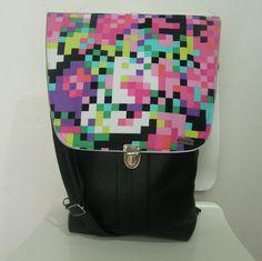 """Backbag taška 3v1 Růžový Matrix Taška je vyrobena z lesklé koženky v kombinaci s americkou designovou bavlnou. Přední díl je tvořen ze tří vrstev koženky - tím vznikly vnější kapsy. Dvě spodní menší, v jedné z nich je všita karabina na klíče, abyste své klíče už nikdy nemusela """"lovit"""". Pak je větší kapsa, do které se vejde i tablet a nebo pastelkovník :-) Hlavní ... Saddle Bags, Design"""