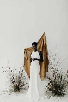 Organic, minimal wedding inspiration for the modern bride. Bringing the nature indoors using muted colour paltette, tonal backdrops and handpainted florals Coin Photo, Fashion Photography, Portrait Photography, Photography Studio Spaces, Foto Fashion, Minimal Wedding, Black Bride, Foto Pose, Industrial Wedding