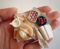 A size-showing picture of a dollhouse miniature. More pictures and info here: [link] [link] Cake Decorating - size Diy Doll Miniatures, Polymer Clay Miniatures, Tiny Food, Fake Food, Cute Polymer Clay, Polymer Clay Charms, Miniature Crafts, Miniature Food, Mini Pastries