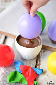 Dunk balloons into a bowl of melted chocolate to create chocolate bowls perfect for serving at parties. Chocolate Bomb, How To Make Chocolate, Chocolate Dipped, Homemade Chocolate, Chocolate Desserts, Melting Chocolate, Chocolate Decorations, Snacks Für Party, Party Desserts