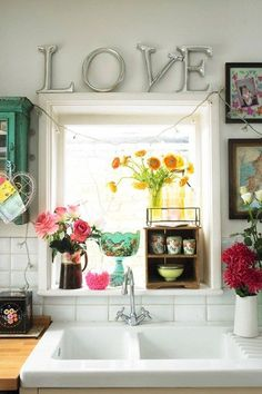 fairy lights and flowers in my kitchen window. kitchen window is a must. Estilo Interior, Shabby Chic Wallpaper, Sweet Home, Deco Retro, Shabby Chic Kitchen, Boho Kitchen, Vintage Kitchen, Eclectic Decor, Eclectic Kitchen
