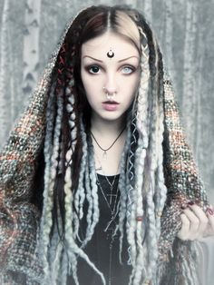 f Sorcerer portrait forest Psychara : Photo Dreads, Maquillage Halloween, Halloween Makeup, Dark Beauty, Gothic Beauty, Beauty Magic, Fantasy Makeup, Fantasy Art, Poses References