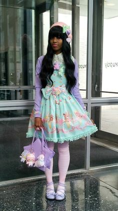 Sweet lolita bodyline(JSK) I love her bag and the Little Twin Stars on it matches her coord