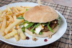 Wos zum Essn: Bääm! Walnuss-Burger mit Camembert, Rucola und Preiselbeeren