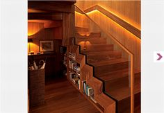 Na casa do arquiteto Mauricio Karam, a escada em caracol deu lugar a uma mais estreita. Feita de chapas de ferro dobradas, tem apenas 85 cm de comprimento e é do modelo Santos Dumont, cujos degraus são alternados. Sob ela, um aparador baixinho organiza revistas e livros