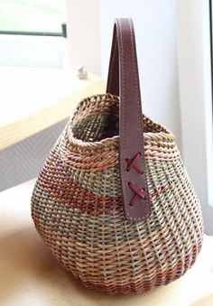 If you appreciate arts and crafts you'll will love our website! Basket Willow, Bamboo Basket, Wicker Baskets, Weaving Art, Weaving Patterns, Hand Weaving, Willow Weaving, Basket Weaving, Pine Needle Baskets