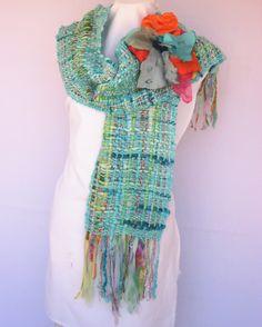 Etéreo chal rico en diversas texturas: género estampado, cintas e hilados; decorado con detalle floral al tono.