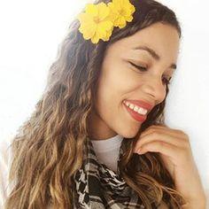 Eu e minha vontade de carregar um jardim na cabeça kkk 🌷 🏵 ⚘ 🌹 🌱 ⚘ 🌼 🌻 🌺 💐 . . #selfie #sorrisos  #vidadecacheada #cachosestilosos #cacheadas #photography #photooftheday #photographyeveryday #blogueiracarioca  #digitalinfluencer #blogueira #belezanatural 😄  #modelo #beautifulsmile  #estilosa #felicidadesempre #fotododia #florescer