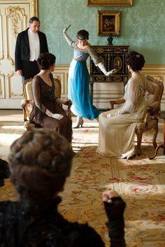 Lady Sybil fait découvrir le pantalon à sa famille