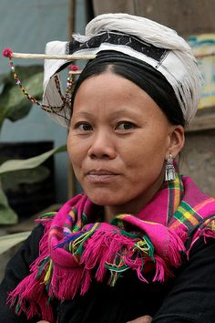 Asia | Portrait of a San Chi woman with typical headdress, belonging to the Dao group (Bao Lac market), Vietnam | © Walter Callens