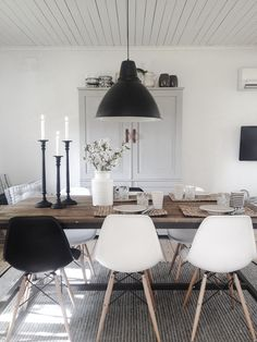 Inspiration des Tages: Weiße Stühle The link no longer connects to info about the room, but I like design.Monochromatic dining room l Black and white dining chairs l Dining Room Inspiration l 10 Stylish Dining Rooms (Mix Wood)We love the way this d Black And White Dining Room, White Dining Chairs, Eames Chairs, Black White, Accent Chairs, Black And White Furniture, Kitchen Chairs, White Wood, Dinner Room