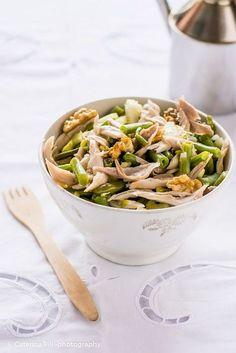 un'insalata di pollo ricca di gusto e povera di calorie, un piatto unico delizioso per l'estate