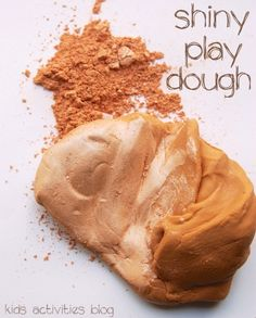 Make your kids play dough super shiny with these fun ideas! Mix the play dough with eye shadow! Sensory Activities, Sensory Play, Activities For Kids, Projects For Kids, Diy For Kids, Art Projects, Play Food, Dough Recipe, Kids Playing