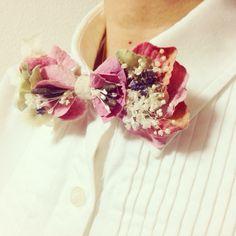 ハンドメイド大賞ファッション部門スモーキーなピンクの布花と、様々なプリザーブドフラワーをふんだんに使用した蝶ネクタイです。男性にも女性にも着けていただけます。シンプルなコーディネートのアクセント、カジュアルウェディングやパーティーでも☆人とかぶらないおしゃれなアイテムです。素材:プリザーブドフラワー・アーティシャルフラワー・リネン・金具(メッキ)※メッキ加工のお品でアレルギーに対応しておりま...