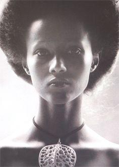 Iman, Nairobi by Peter Beard, 1975 (apparently the photo Peter Beard took of Iman) Peter Beard, David Bowie, My Black Is Beautiful, Beautiful People, Beautiful Ladies, Somali Models, Portraits, Dark Skin, Style Icons