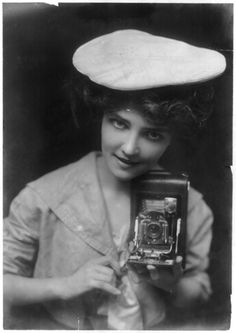 Vintage Cameras the kodak girl 1909 - blatherings and whatnot Vintage Pictures, Old Pictures, Vintage Images, Old Photos, Photo Vintage, Vintage Ads, Pretty Girls Photos, Girls With Cameras, Foto Fun