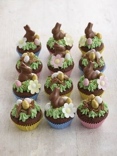 So elegant looking but so easy to make these Easter cupcakes make clever use of Mini chocolate bunnies, Mini candy coated eggs chocolate eggs, a Cadburys flake and Edible flowers to a very quick and easy to create Easter cupcake. Easter Bunny Cupcakes, Easter Cookies, Easter Treats, Easter Cake, Easter Food, Easter Party, Cupcake Recipes, Cupcake Cakes, Dessert Recipes