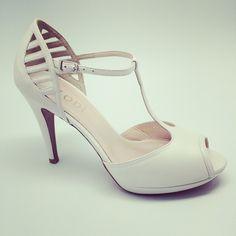 Eltocadordelanovia#zapatos #novias #complementos #jordianguera #barcelona #wedding #shoes #tocados#indiatocados#flores#tiaras#coronas