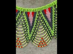 COLLAR REDONDO EN PUNTAS HECHO EN PUNTO LADRILLO - YouTube Bead Embroidery Patterns, Beaded Jewelry Patterns, Beaded Embroidery, Beading Projects, Beading Tutorials, Collar Redondo, Burlap Flowers, Hair Beads, Seed Bead Bracelets