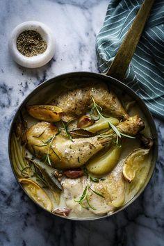 mørt. Lad kyllingelårene simre, til kødet er så mørt, at det falder fra benet, når man stikker i det med en gaffel. - Foto: Nadia Mathiasen