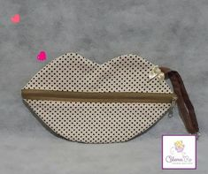 Our goal is to keep old friends, ex-classmates, neighbors and colleagues in touch. Handbag Patterns, Zipper Bags, Louis Vuitton Damier, Sewing Projects, Sewing Ideas, Gifts, Pouches, 8 Martie, Corte Bob