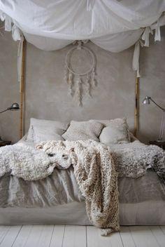 chambre a coucher de style hippy, linge de lit beige