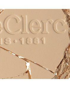 T. LECLERC Puder prasowany. Odpowiedni dla wszystkich typów skóry, nawet tych najbardziej wrażliwych. Daje matowe i pudrowe wykończenie. Jego formuła opiera się na naturalnej skrobi ryżowej.